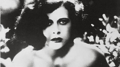 Hedy Lamarr oli 18-vuotias näytellessään elokuvassa Hurmio. Naisen orgasmin ensimmäisenä valkokankaalla näyttänyt draama jäi elokuvan historiaan.