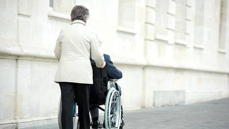 Aiemmissa tutkimuksissa on havaittu, että omaishoitajien tukeminen on lykännyt dementiapotilaiden joutumista hoitokotiin.