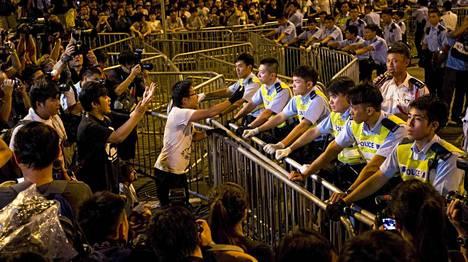Varhain torstaiaamuna mielenosoittajat kohtasivat poliiseja Hongkongin aluejohtajan virkahuoneen ulkopuolella.