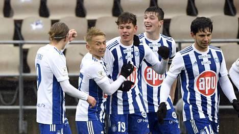 HJK:n pelaajat juhlivat Casper Terhon (keskellä) avausmaalia Veikkausliigassa.