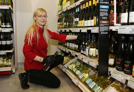 Kati Auvinen työskentelee Alkossa.