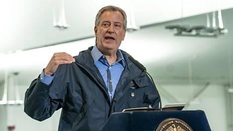 New Yorkin pormestari Bill de Blasio kehottaa kaupunkilaisia suojaamaan kasvonsa koronaviruksen takia.