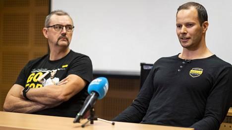 Tero Pitkämäki (oik.) ja valmentaja Hannu Kangas tiedotustilaisuudessa Kuortaneella 14. lokakuuta 2019. Pitkämäki ilmoitti tuolloin lopettavansa menestyksekkään uransa.