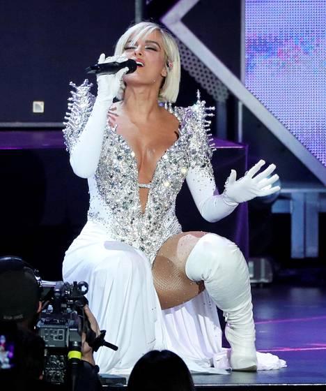 Bebe Rexha rakastaa näyttäviä leninkejä. Kuvassa laulaja esiintymässä Kaliforniassa viime marraskuussa.