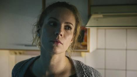 Pihla Viitala näyttelee Kiiran äitiä, joka hukkuu arjen alle.