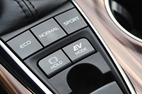 Ajotila-asetukset vaikuttavat vain voimalinjan toimintaan. Camryn voi pakottaa kulkemaan lyhyitä matkoja myös pelkällä sähköllä.