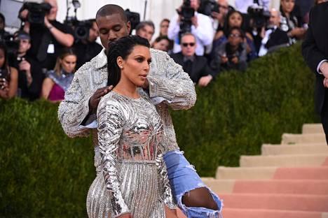 Kanye osoitti olevansa huolehtivainen aviomies myös äskettäin juhlitussa Met-gaalassa, jossa hän hieroi Kimin hartioita juhlien tiimellyksessä.