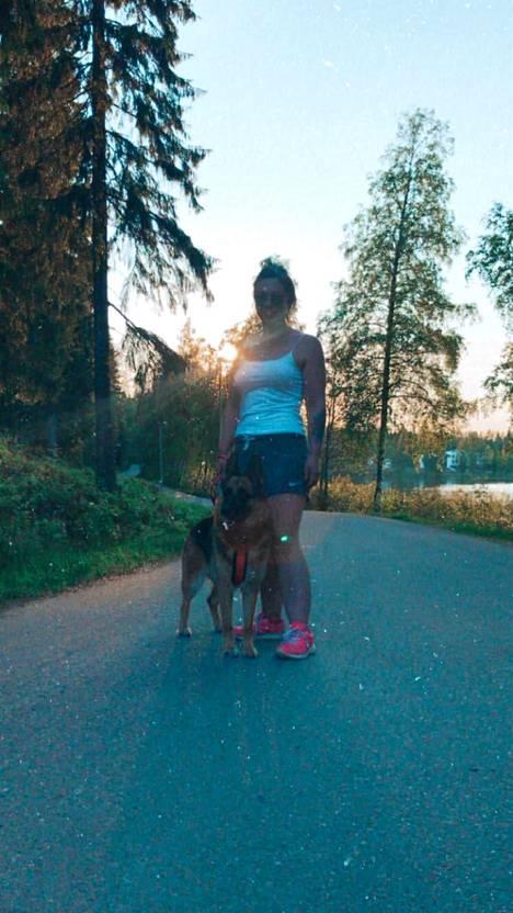 Iloa Jennan elämään tuovat iloa Alma-koira, liikunta, ystävät, perhe sekä maalaaminen ja piirtäminen.