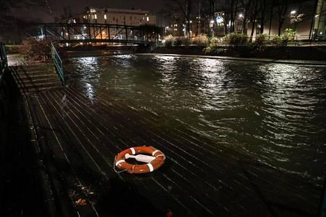 Myös meren pinta oli kohollaan lauantain myrskytuulten vuoksi. Kuva Helsingin Ruoholahdesta.