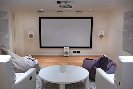 Talon alakerrassa on videotykillä varustettu kotiteatterijärjestelmä.