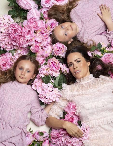 Aitolehdellä on kaksi tytärtä. Victoria (oikealla ylhäällä) Esko Eerikäisen kanssa ja Isabella (vasemmalla) Stefan Thermanin kanssa.