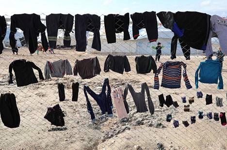 Vaatteita kuivumassa al-Holin leirillä.