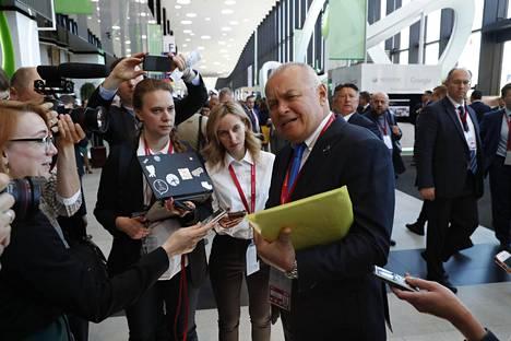 Dmitri Kiseljovia kutsutaan myös Venäjän television pääpropagandistiksi. Vastikään Kiseljov esitteli ohjelmassaan kohteita, jonne Venäjä voisi iskeä Yhdysvalloissa omilla ydinaseillaan.