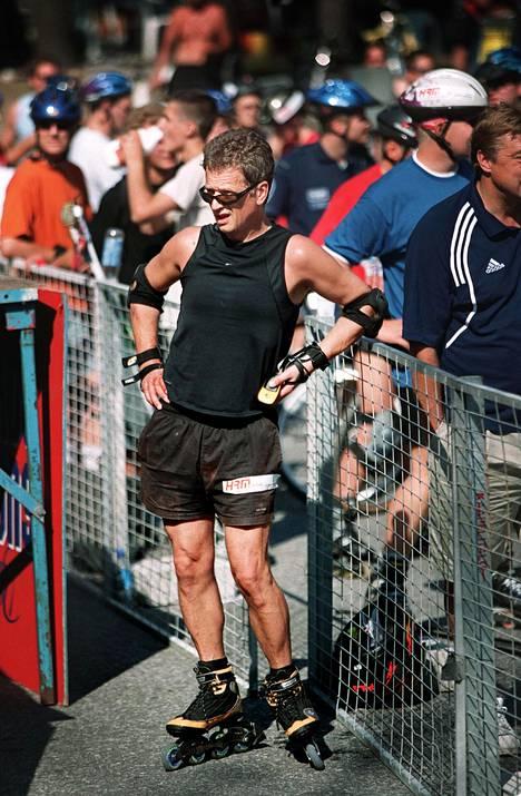 Sauli Niinistön suoritukset rullaluistelussa olivat noteeraamisen arvoisia. Kuva Helsingin Roller-maratonilta vuodelta 2002.