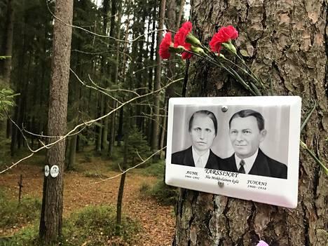 Aune ja Juhani Tarssinan kuva on koristeltu neilikoin.