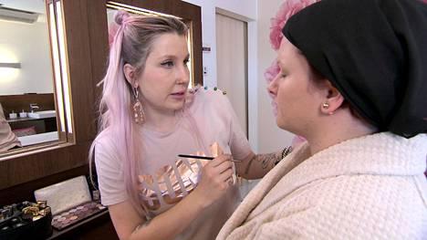 Ihokäsittelyn jälkeen Annen (oik.) kasvot ehosti ohjelmassa meikkaaja Piia Hiltunen.