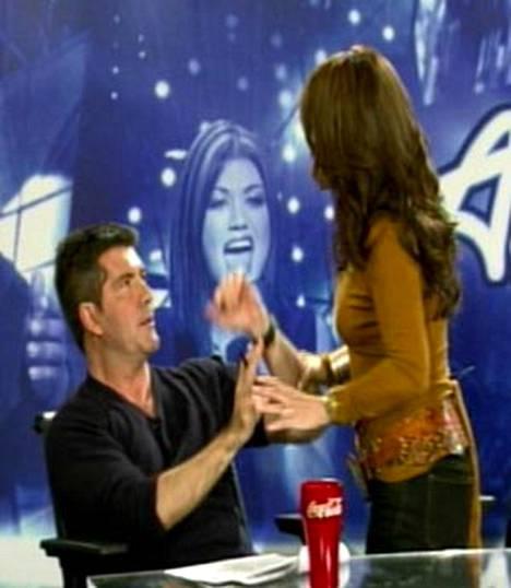 Paula Abdul kävi käsiksi Idol-kolleegaansa Simon Cowelliin kesken ohjelman.