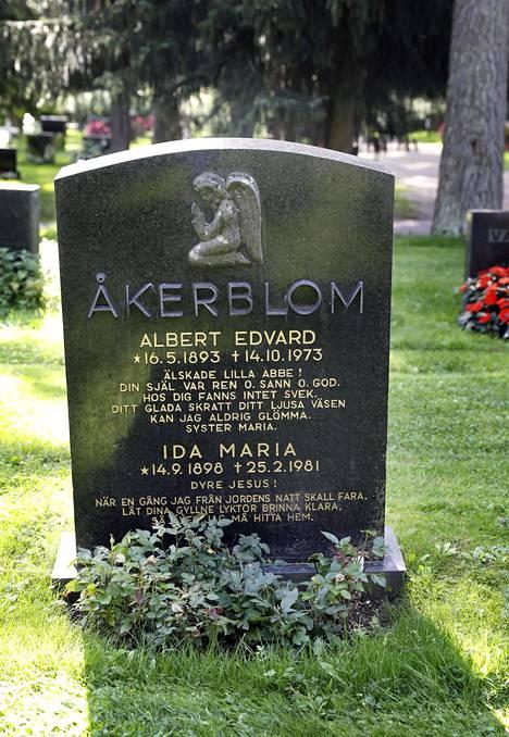 Maria Åkerblomin hautakivessä on enkelipatsas. Åkerblom saarnasi enkelin hänelle välittämää sanaa.