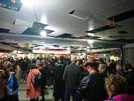 Helsingin yliopiston metroasemalla oli tungosta puoli viiden aikaan iltapäivällä.