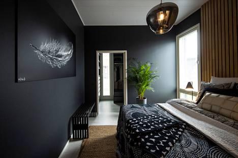 Villa Illan tummanpuhuvassa makuuhuoneessa on tunnelmaa.