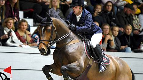 Britannian Robert Whitaker otti tupalvoiton Helsinki International Horse show'ssa.