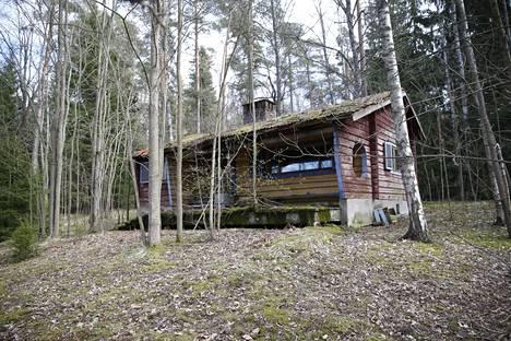 Kerstin omisti Helsingin Karhusaaressa kolme vierekkäin olevaa kiinteistöä, joissa oli kaksi huonokuntoista rakennusta.