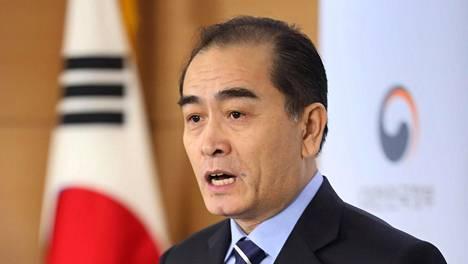 Thae Yong-ho puhui loikkaamisestaan ja elämästä Pohjois-Korean hallinnon alaisuudessa Soulissa tiistaina.