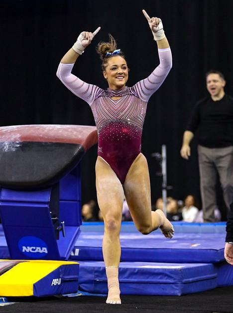Kovien kokemuksiensa jälkeen Maggie Nichols löysi voimistelun riemun uudestaan Oklahoman yliopistossa. Kuva vuoden 2019 NCAA:n mestaruuskisoista, joissa Nichols auttoi Oklahoman mestaruuteen. Hän voitti myös henkilökohtaisen neliottelun kultamitalin, kultaa hypystä ja hopeaa eritasonojapuilta.