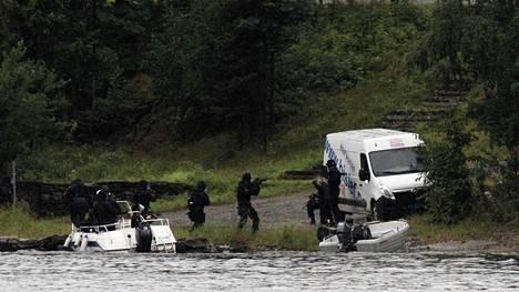 Erikoisjoukot nousivat saarelle 22. heinäkuuta 2011. Terroristi oli avannut tulen päin puolustuskyvyttömiä lapsia ja nuoria.
