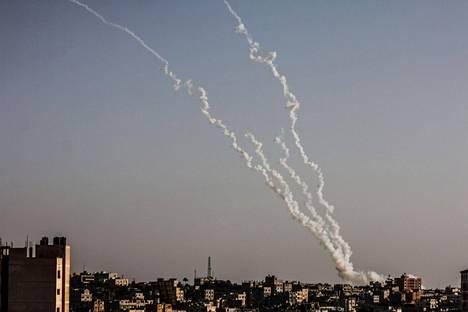 Savua nousi Gazasta Israelin ilmaiskun jälkeen tiistaina.