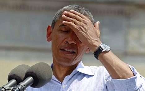 Barack Obamalla oli selvästi liian kuuma kampanjatilaisuudessa vuonna 2012.