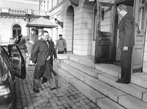 Puhemies Suominen menossa tapaamaan presidentti Koivistoa hallitusneuvottelujen aikana huhtikuussa 1987. Aikalaistodisteiden mukaan Koivisto olisi ollut Suomiselle kuin myrskynmerkki kassakaappisopimuksen paljastuttua.