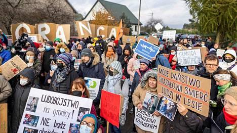 Mielenosoittajat kokoontuivat rajavartioston toimipisteen eteen Michalowossa Puolan itärajalla lauantaina 23. lokakuuta.