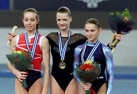 Verona van de Leur (vas.) voitti vain 16-vuotiaana viisi mitalia EM-kisoissa. Kuvassa van de Leur juhlii neliottelun EM-hopeaa Venäjän Svetlana Horkinan (kesk.) ja Ukrainan Alona Kvashan kanssa.