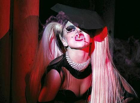 Pop-tähti Lady Gaga esitteli Thierry Muglerin syys-talvi-mallistoa maaliskuussa Pariisissa.