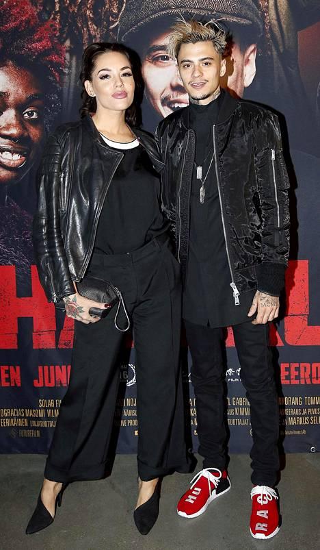Mikael Gabriel kuvattiin luottovärissään mustassa Pahan kukat -elokuvan kutsuvierasnäytöksessä tyttöystävänsä Triana Iglesiaksen kanssa. Punavalkoiset kengät olivat asun väripilkku.