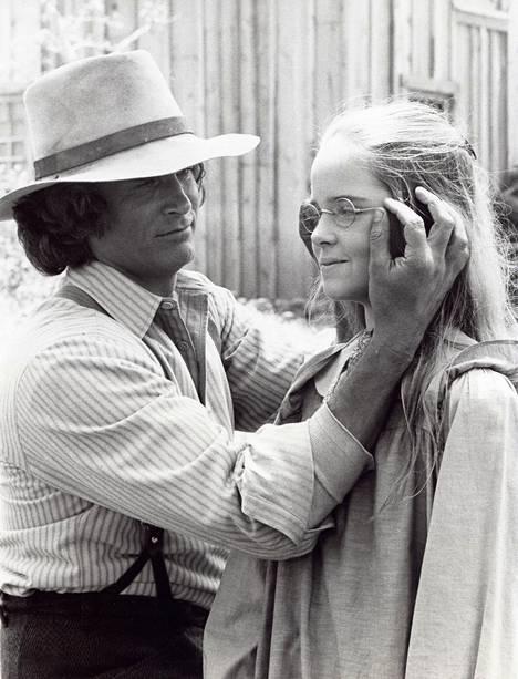 Michael Landon kuvattuna Melissa Sue Andersonin kanssa Pieni talo preerialla -sarjan kuvauksissa.