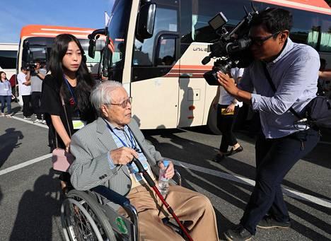 101-vuotias Paek Seong-guy nousi Etelä-Koreassa bussiin, joka vei hänet Pohjois-Koreaan tapaamaan sodassa erotettuja perheenjäseniään.