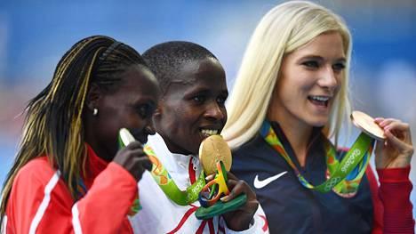 Emma Coburn (oik.) saavutti vuoden 2016 Rion olympialaisissa 3000 metrin olympiapronssia. Kultaa voittanut Ruth Jebet (kesk.) antoi loppuvuodesta 2017 positiivisen dopingnäytteen. Kuvassa myös hopealle sijoittunut Kenian Hyvin Jepkemoi.