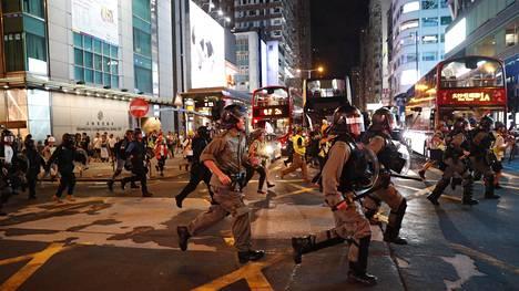 Mellakkapoliisit hajottivat mielenosoittajien joukkoa lauantaina Hongkongissa.