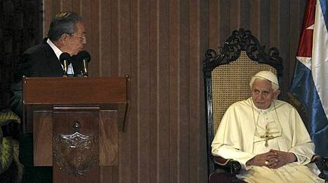 Kuuban presidentti Raoul Castro piti jäähyväispuheen paavi Benedictus XVI:lle Havannan lentokentän edustustiloissa.