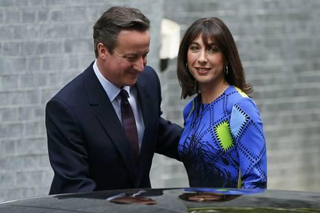 Pääministeripari palasi perjantaina kuningattaren tapaamisesta virka-asunnolle.