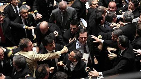 Italian parlamentissa puhkesi jopa lievä käsirysy kiihkeässä äänestyksessä.