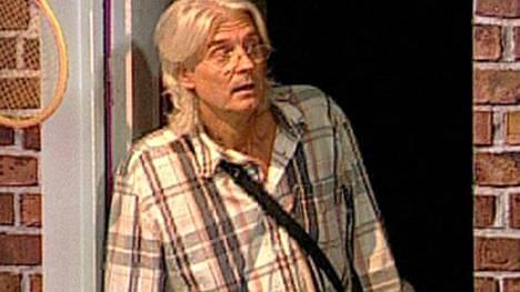 Big Brother -asukas Tommy yllätti muut asukkaat pukeutumalla naiseksi.