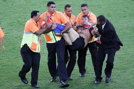 Zdorovetski tunnetaan muun muassa jalkapallon MM-kisoissa 2014 tapahtuneesta välikohtauksesta, jossa hän juoksi loppuottelussa kentälle. Hänet taltutettiin nopeasti ja vietiin pois kentältä.
