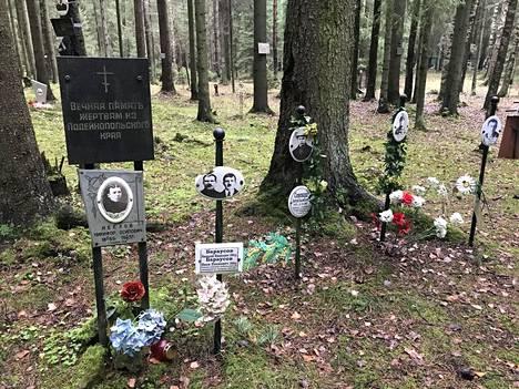 Metsiköstä löytyy kirjava joukko erilaisia muistokylttejä uhreille.
