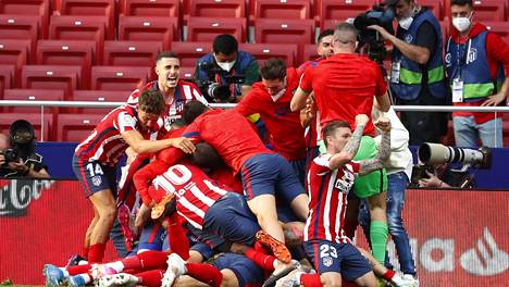Atletico Madridin pelaajat juhlivat Luis Suarezin loppuminuuttien voittomaalia.