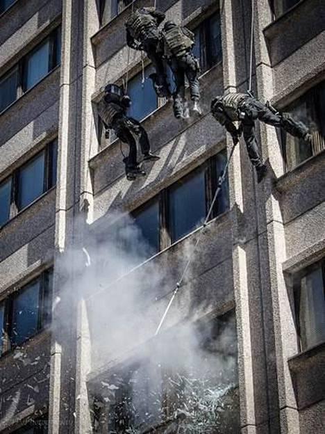 """""""Laskeutumista ja ikkunoiden räjäyttämistä""""."""