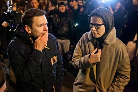 Oppositioaktivistit Ilja Jashin ja Ksenia Sobtshak olivat silmin nähden järkyttyneitä seistessään sillalla, jossa heidän ystävänsä Boris Nemtsov murhattiin.