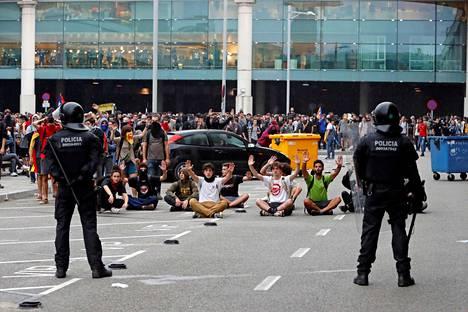Mielenosoittajia Barcelonan lentokentän edessä maanantaina.